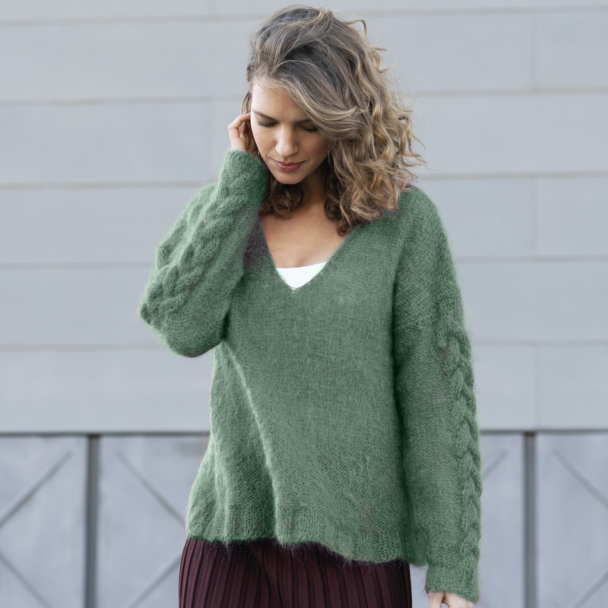 Knit a V-neck jumper with a cable pattern