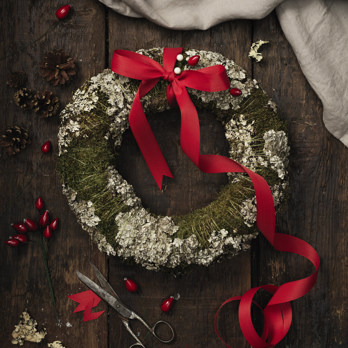 Make a Christmas wreath with moss